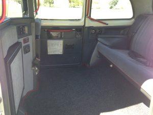 velours boiseries cosy charme à l'anglaise taxi anglais intérieur compartiment passagers du taxi anglais, strapontins black cab Londres TaxiFun location taxi anglais