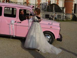 """Le """"Taxi Rose"""" de TaxiFun voiture de mariage velours boiseries cosy charme à l'anglaise taxi anglais intérieur compartiment passagers du taxi anglais, strapontins black cab Londres TaxiFun location taxi anglais voiture de mariage champagne mariés bisous"""