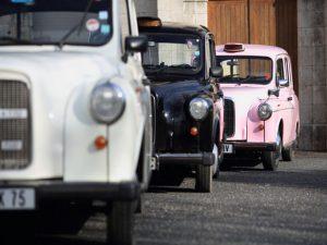 """Le """"Taxi Blanc"""", Le """"Taxi Phil"""" et la """"Pink Lady"""" de TaxiFun, taxi anglais location avec chauffeur événement so british Londres"""