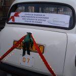 """Le """"Taxi Blanc"""" de TaxiFun à Montargis Père Noël voiture de Noël location taxi anglais avec chauffeur événement"""
