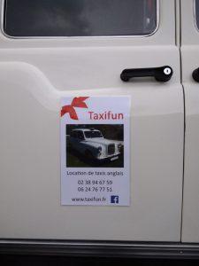 Taxi anglais blanc pour le Père Noël à Montargis