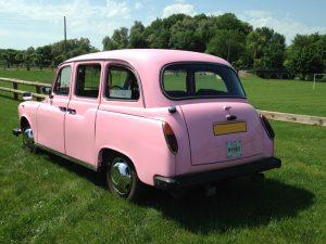 le seul taxi anglais rose de France événement location taxi anglais rose avec chauffeur pour tous vos événements rose pink Pink Lady TaxiFun unique originale