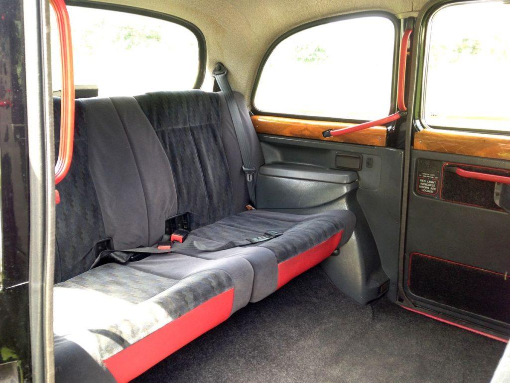 interieur spacieux taxi anglais rose voiture de mariage original