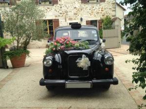 taxi anglais location voiture de mariage avec chauffeur black cab Londres cab anglais décoration voiture de mariage fleurs décoration florale wedding