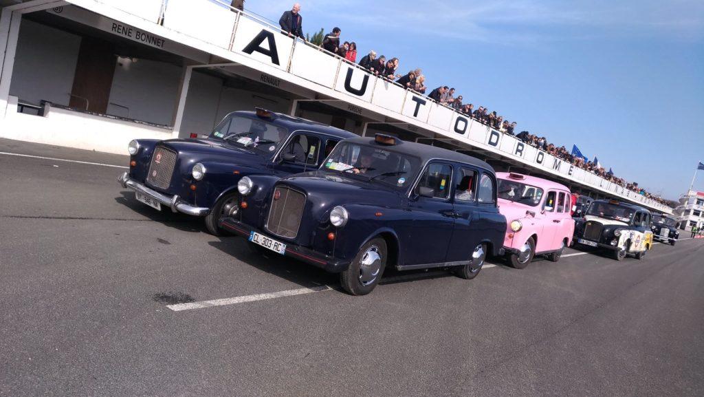 Montlhéry piste autodrome taxi anglais rose TaxiFun car parade anneau de vitesse 60 ans du taxi anglais événement