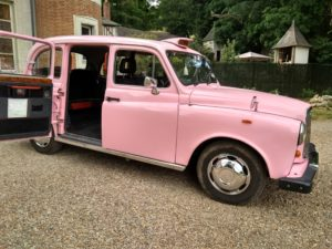 taxi anglais rose mariage insolite