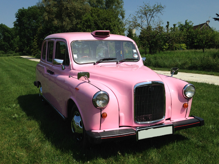 TaxiFun- le seul taxi anglais rose Fairway de France participe à Octobre Rose à Etréchy taxi anglais rose action commerciale prévention contre le cancer du sein