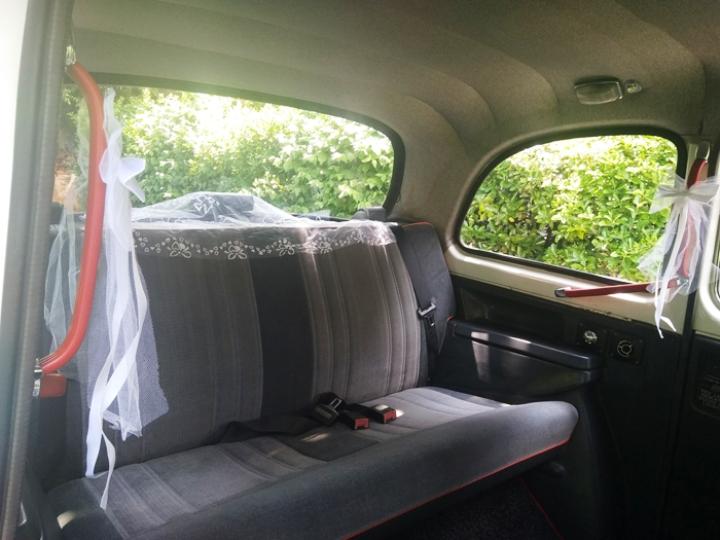 taxi anglais blanc white wedding cab voiture de mariage vec chauffeur décoration pour mariage noeuds de mariage tulles blancs