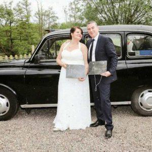TaxiFun Les mariés avec leur voiture de mariage taxi anglais noir location avec chauffeur