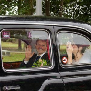 TaxiFun Mariage en taxi anglais noir Black Cab mariée et son père à bord du taxi anglais qui les amene à la mairie