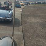 Les taxis anglais roulent avec d'autres voitures vintage british sur l'anneau