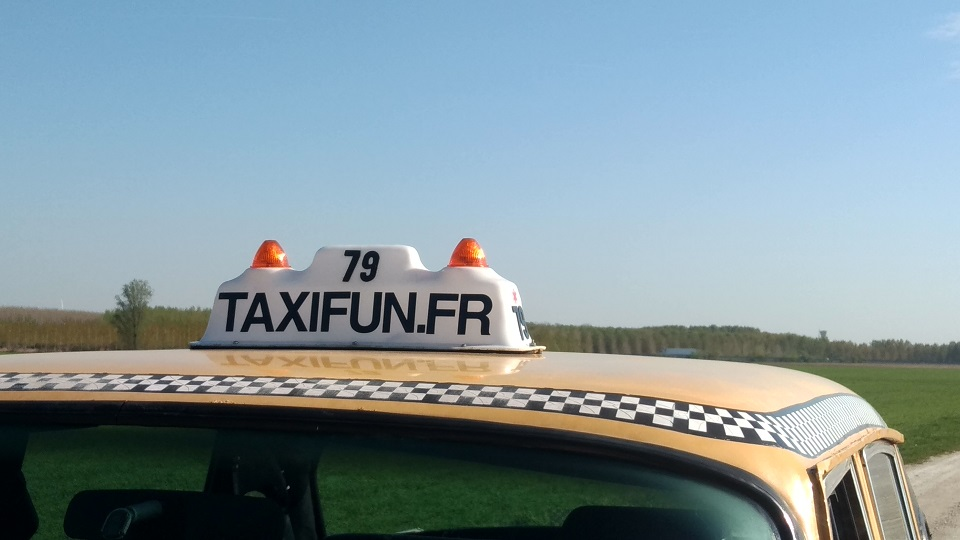TaxiFun Location taxi New Yorkais Yellow Cab avec chauffeur Mariage Evénement Tournage Checker Marathon Taxi-sign taxifun.fr enseigne lumineuse roof-sign