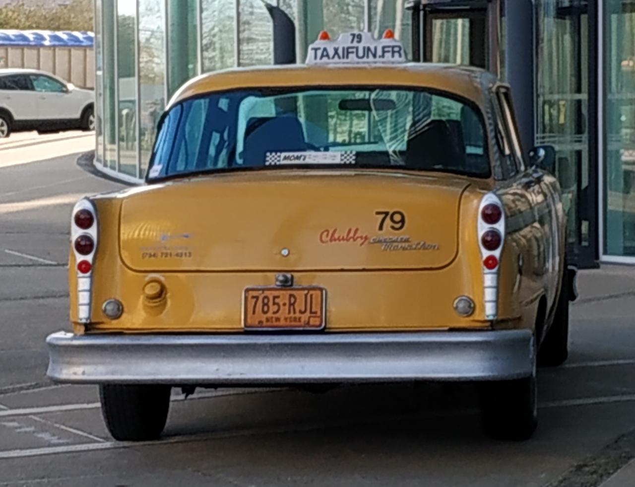 taxi new-yorkais-vue-arriere-devant-entree-immeuble-crédit agricole-massy