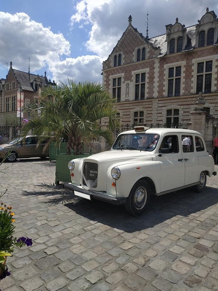 TaxiFun Mariage en taxi anglais blanc à Orléans le 13 juillet 2019 Hôtel Groslot