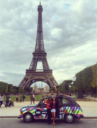 taxi anglais avec signalétique minicabofsound pour action streetmarketing paris tour eiffel