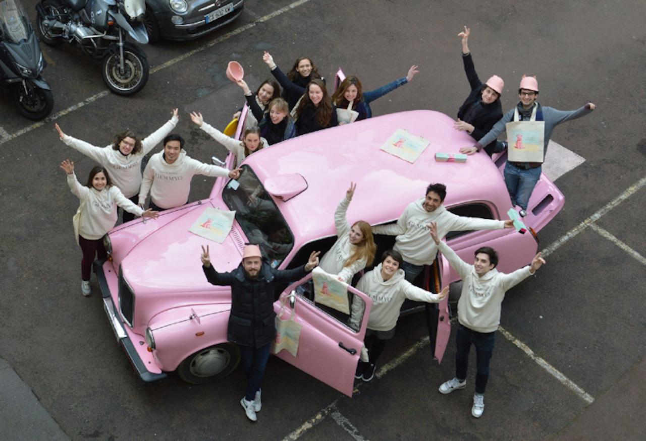 vue d'en haut du taxi anglais rose de TaxiFun avec l'équipe de Gemmyo joaillier de Paris pour action street marketing pendant la Fashionweek