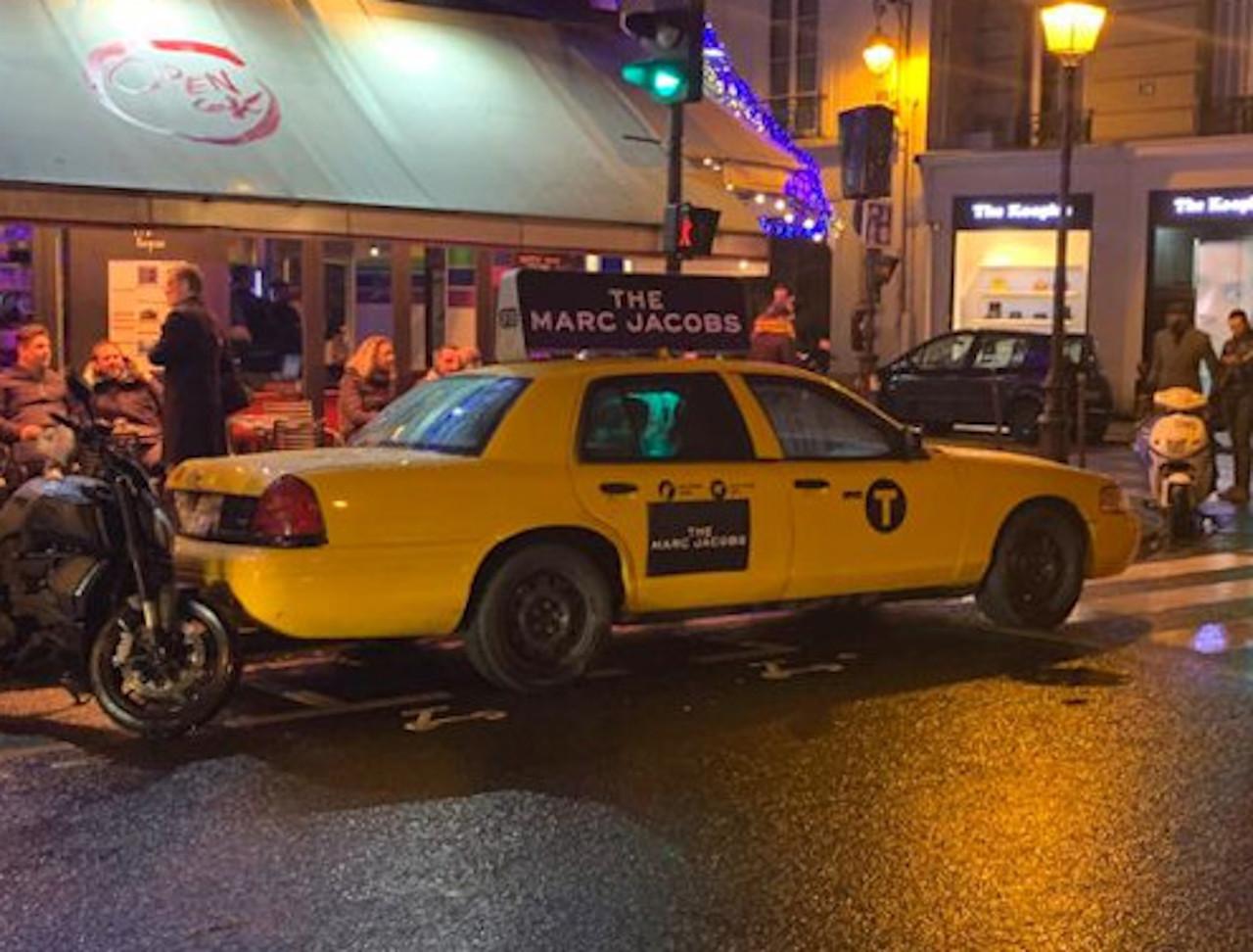 Taxi new-yorkais Yellow Cab Crown Victoria avec signalétique Marc Jacobs