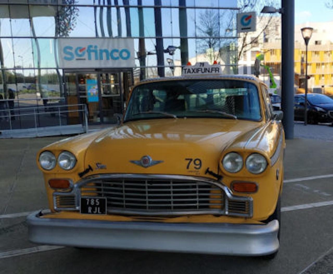 taxi new-yorkais yellow-cab checker marathon devant siège Sofinco Ile de France pour action communication