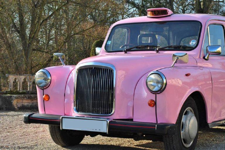 rétroviseurs chromés d'aile sur le taxi anglais rose unique en France