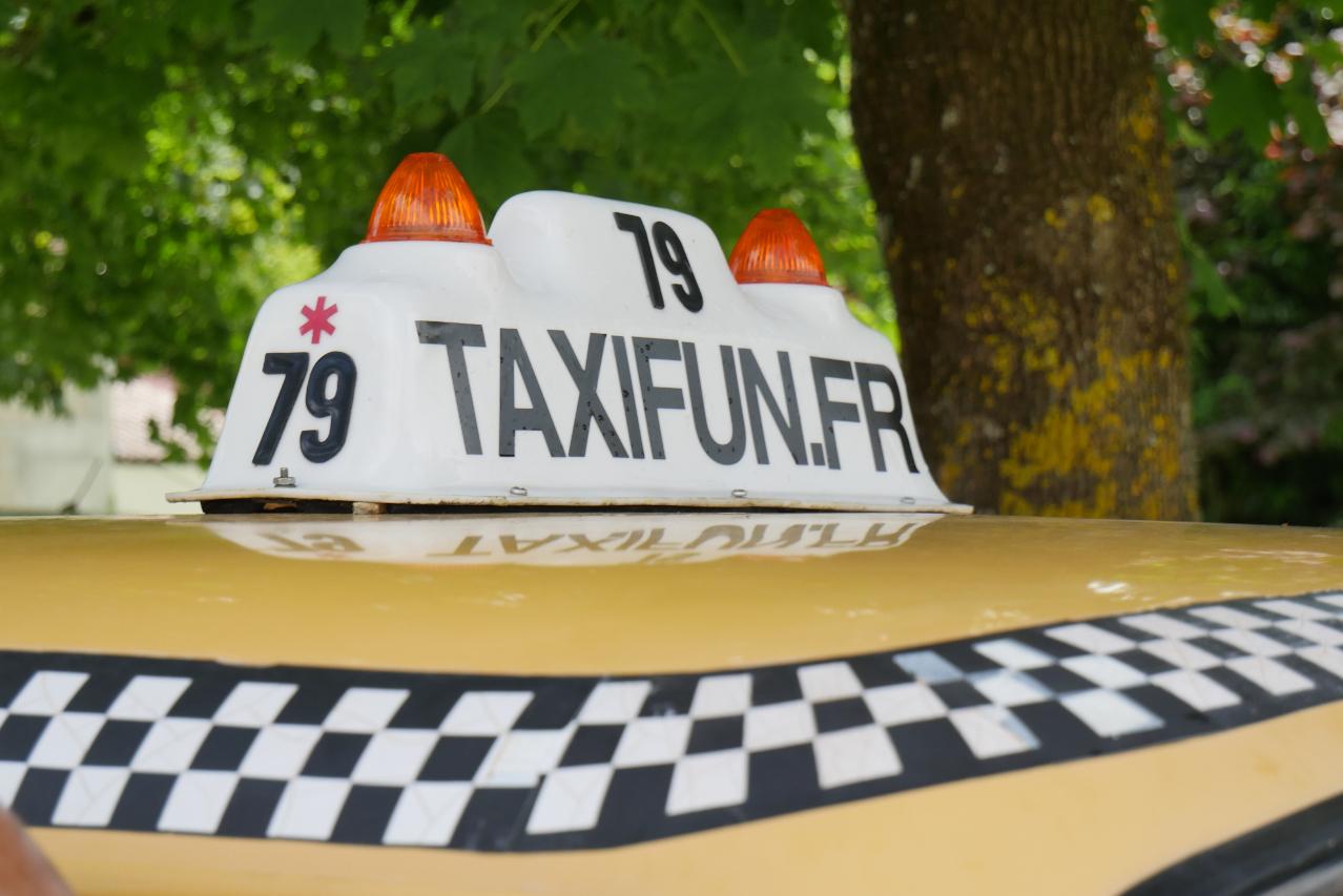 borne lumineuse taxi sur le toit du taxi new-yorkais yellow cab checker marathon avec inscirption taxifun.fr et le chiffre 79 sur la borne