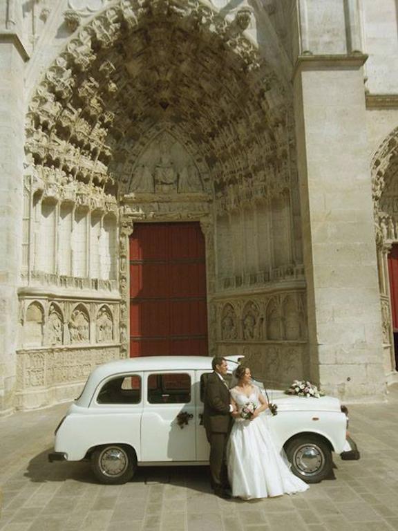 taxi anglais blanc avec les mariés sur le parvis de la cathedrale d'auxerre