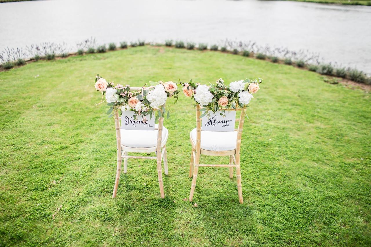 deux chaises de mariés sur herbe inscriptions au dos de la chaise forever et always toujours