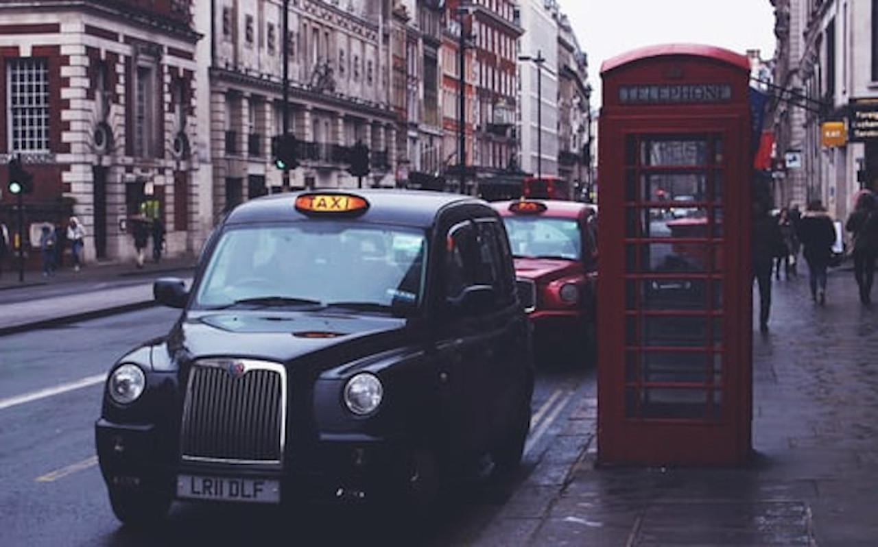 Taxi anglais Black Cab Londres cabine téléphonique rouge