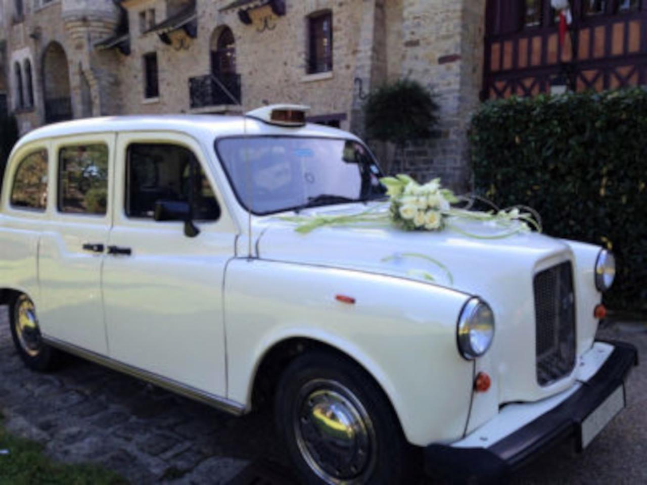 taxi anglais blanc décoration florale voiture de mariage
