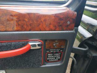 detail boiseries porte taxi anglais noir