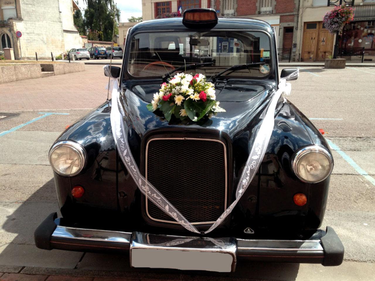 taxi anglais noir décoration florale bandes de tulle capot
