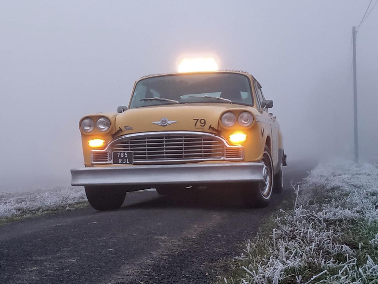 taxi new-yorkais dans brouillards hiver taxi signe sur le toit allumé veilleuses jaunes allumées