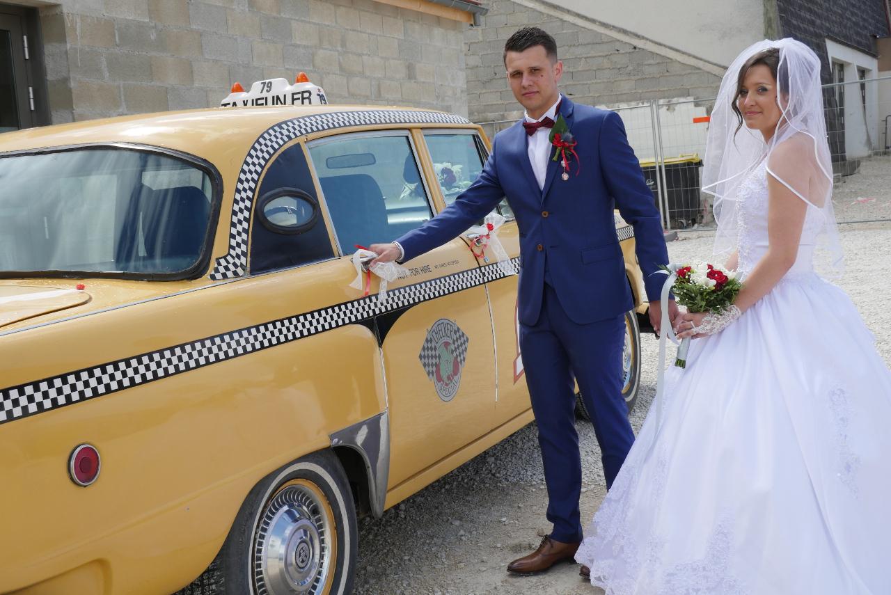 mariés allant vers la porte arrière du taxi new-yorkais