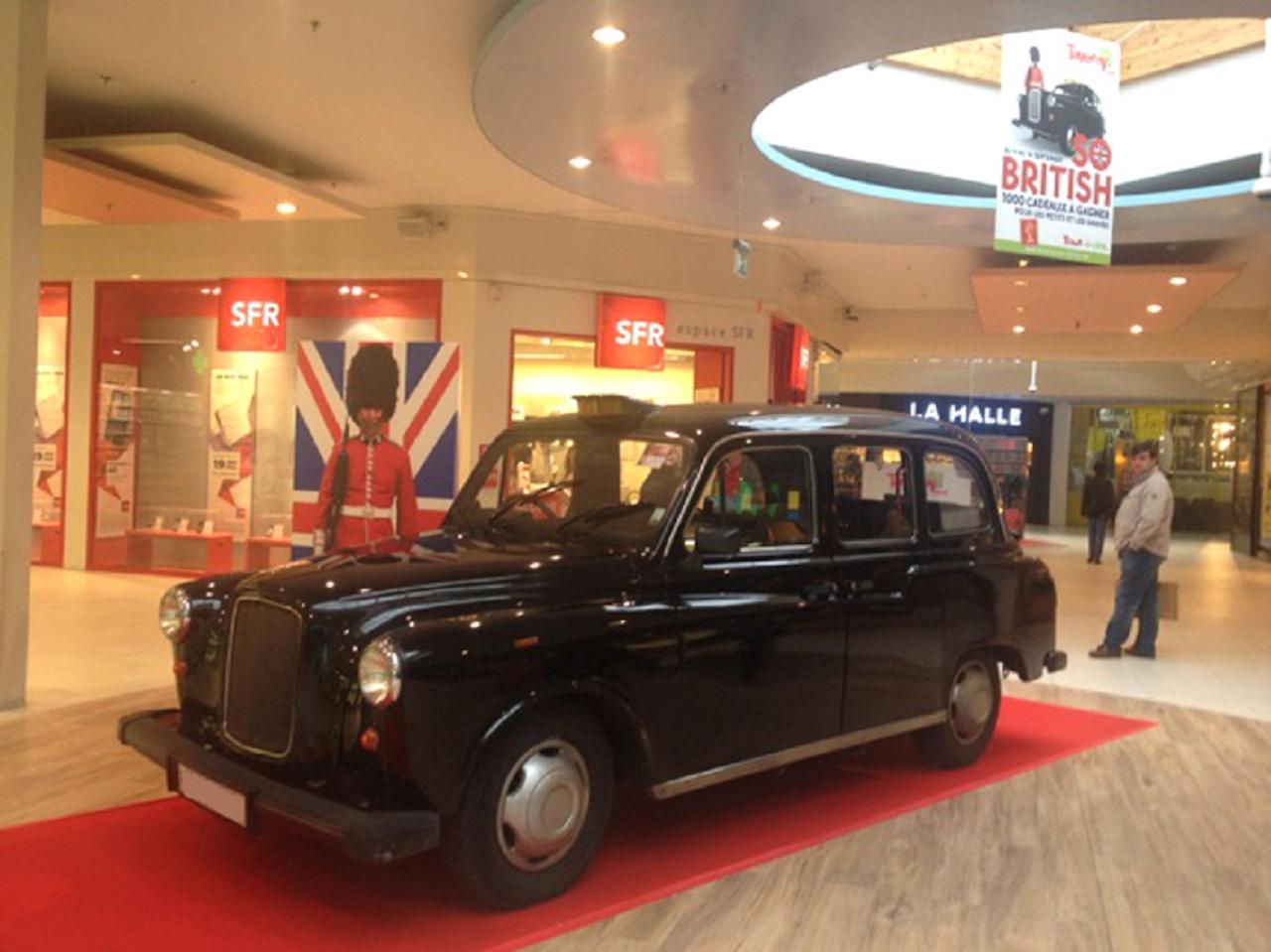 """Taxi anglais noir exposé au centre commercial pour action """"So british""""."""