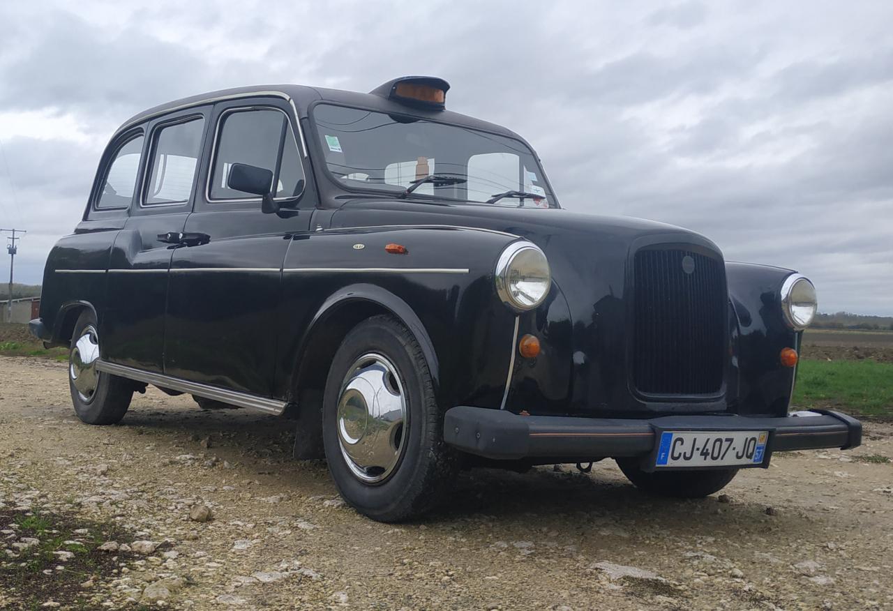 vue trois quart avant droite taxi anglais noir fairway en plaques françaises