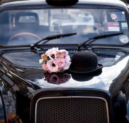 """Le """"Taxi Wendy"""" de TaxiFun de mariagevelours boiseries cosy charme à l'anglaise taxi anglais intérieur compartiment passagers du taxi anglais, strapontins black cab Londres TaxiFun location taxi anglais voiture de mariage champagne mariés bisous"""