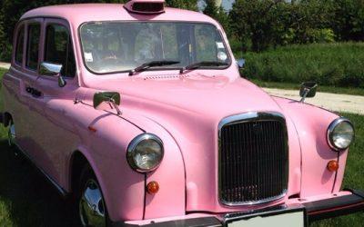 """Le """"Taxi Rose"""" de TaxiFun le seul taxi anglais rose de France le spécialiste du taxi anglais en France taxi anglais location événement mariage anniversaire enterrement de vie de jeune fille Barbapapa princesse rose Barbie voiture de mariage originale"""