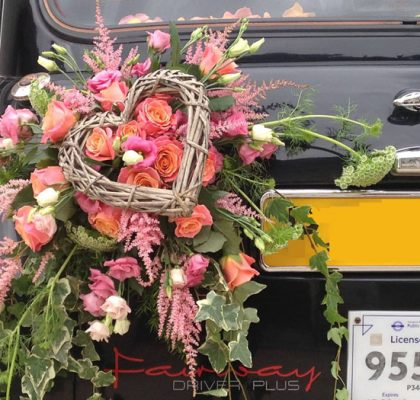 """Le """"Taxi Wendy"""" de TaxiFun de mariagevelours boiseries cosy charme à l'anglaise taxi anglais intérieur compartiment passagers du taxi anglais, strapontins black cab Londres TaxiFun location taxi anglais voiture de mariage champagne mariés bisous décoration fleurs mariage"""