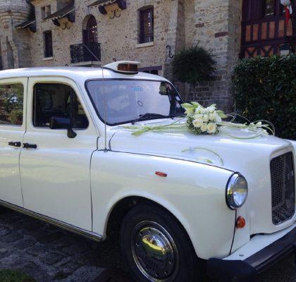 """Le """"Taxi Blanc"""" de TaxiFun voiture de mariage velours boiseries cosy charme à l'anglaise taxi anglais intérieur compartiment passagers du taxi anglais, strapontins black cab Londres TaxiFun location taxi anglais voiture de mariage champagne mariés bisous"""