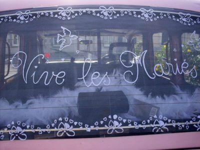Le taxi anglais rose de TaxiFun de mariage